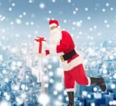 Mann im Kostüm Weihnachtsmann mit Geschenk-box — Stockfoto