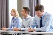 Gruppe von lächelnd Geschäftsleute treffen im Büro — Stockfoto