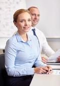 微笑的业务人在办公室会议。 — 图库照片