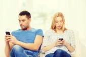 концентрированные пары с смартфонов на дому — Стоковое фото
