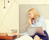 ノート パソコンやホテルの部屋で電話と実業家 — ストック写真
