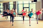 在健身房锻炼的妇女群体 — 图库照片