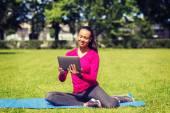 Leende kvinna med tabletpc utomhus — Stockfoto