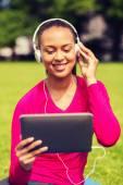 Mujer sonriente con tablet pc al aire libre — Foto de Stock