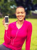 Smiling african american woman with smartphone — Stock Photo