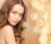 Hermosa joven con hombros desnudos — Foto de Stock