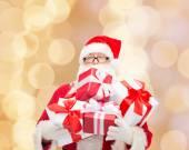 Homme en costume du père Noël avec des boîtes-cadeaux — Photo