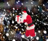 Homme en costume du père Noël avec boîte-cadeau — Photo