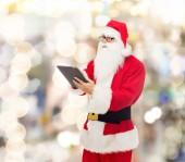 Mężczyzna w stroju Świętego Mikołaja z komputera typu tablet — Zdjęcie stockowe