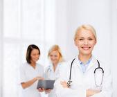 Doctora sonriente con estetoscopio — Foto de Stock