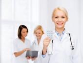 Uśmiechnięta kobieta lekarz z pigułki — Zdjęcie stockowe