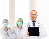 Doctor hombre sonriente con estetoscopio y tablet pc — Foto de Stock