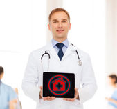 Médecin de sexe masculin souriant avec stéthoscope et tablet pc — Photo