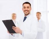 Uśmiechnięty mężczyzna lekarz ze schowka — Zdjęcie stockowe