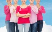 Gros plan des femmes avec des rubans de sensibilisation du cancer — Photo
