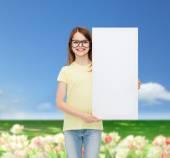 Petite fille lunettes avec blanc — Photo