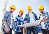 Grupa budowniczych z komputera typu tablet i plan — Zdjęcie stockowe