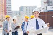 Groupe de constructeurs avec tablette et plan — Photo