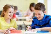 Grupa dzieci ze szkoły pisania testu w klasie — Zdjęcie stockowe