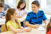 Groep van school-kids schrijven test in klas — Stockfoto