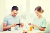 Sorridente coppia con smartphone e scattare foto — Foto Stock