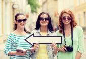 Uśmiechnięty nastoletnich dziewcząt z białą strzałką na zewnątrz — Zdjęcie stockowe