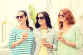 Adolescentes souriantes avec la rue — Photo
