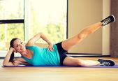 Mulher sorridente fazendo exercícios na esteira na academia — Foto Stock