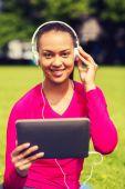Mulher sorridente com tablet pc ao ar livre — Foto Stock