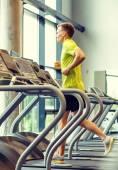 Uśmiechnięty mężczyzna ćwiczenia na bieżni w siłowni — Zdjęcie stockowe