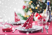 Room with christmas tree and decorated table — Stockfoto