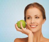 青リンゴと若い女性の笑みを浮かべてください。 — ストック写真
