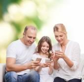 Glückliche Familie mit smartphones — Stockfoto