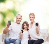 Счастливая семья с смартфонов — Стоковое фото