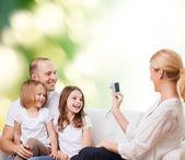 Счастливая семья с камерой дома — Стоковое фото