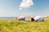 Exercices d'yoga en couple à l'extérieur — Photo