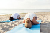 Nahaufnahme eines Paares machen Yoga-Übungen im freien — Stockfoto