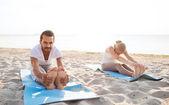Para co ćwiczenia jogi na świeżym powietrzu — Zdjęcie stockowe