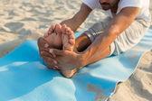 Close-up do homem fazendo exercícios de ioga ao ar livre — Foto Stock