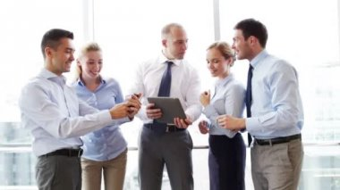 Business people with tablet pc and smartphones — Vídeo de Stock