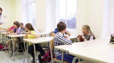 Gruppo di studenti con le penne che si siede alla scuola — Video Stock