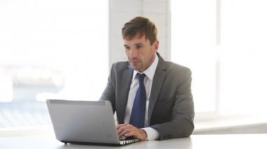 Businessman working with laptop computer — Stock Video