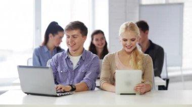 Étudiants en cours d'informatique — Vidéo