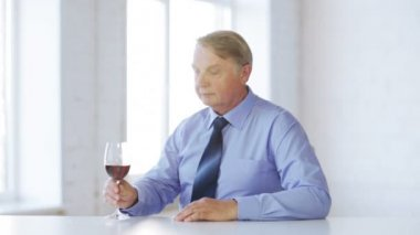 Expert in suit and tie with a glass of red wine — Stock Video
