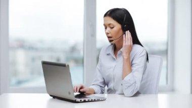 Attractive helpline operator in office — Stock Video