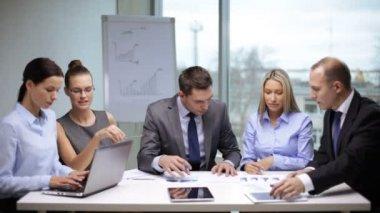 Gens d'affaires ayant une réunion — Vidéo