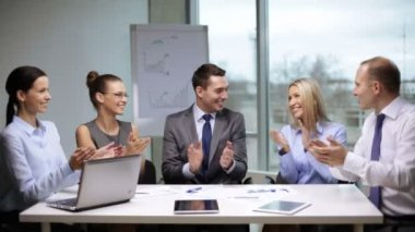 Business people applauding on meeting — Stock Video