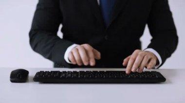 Zakenman handen typen op toetsenbord — Stockvideo