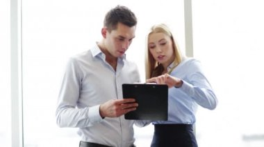 Geschäftsleute, die ein treffen — Stockvideo