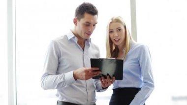 Mensen uit het bedrijfsleven hebben een vergadering — Stockvideo